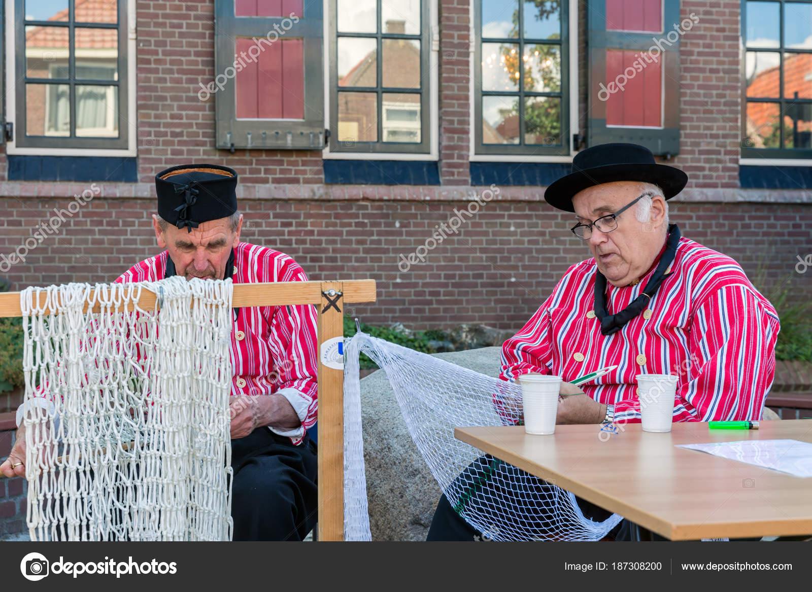 Nederlandse Kleding.Nederlandse Beurs Met Mannen In Traditionele Kleding Herstellen Van