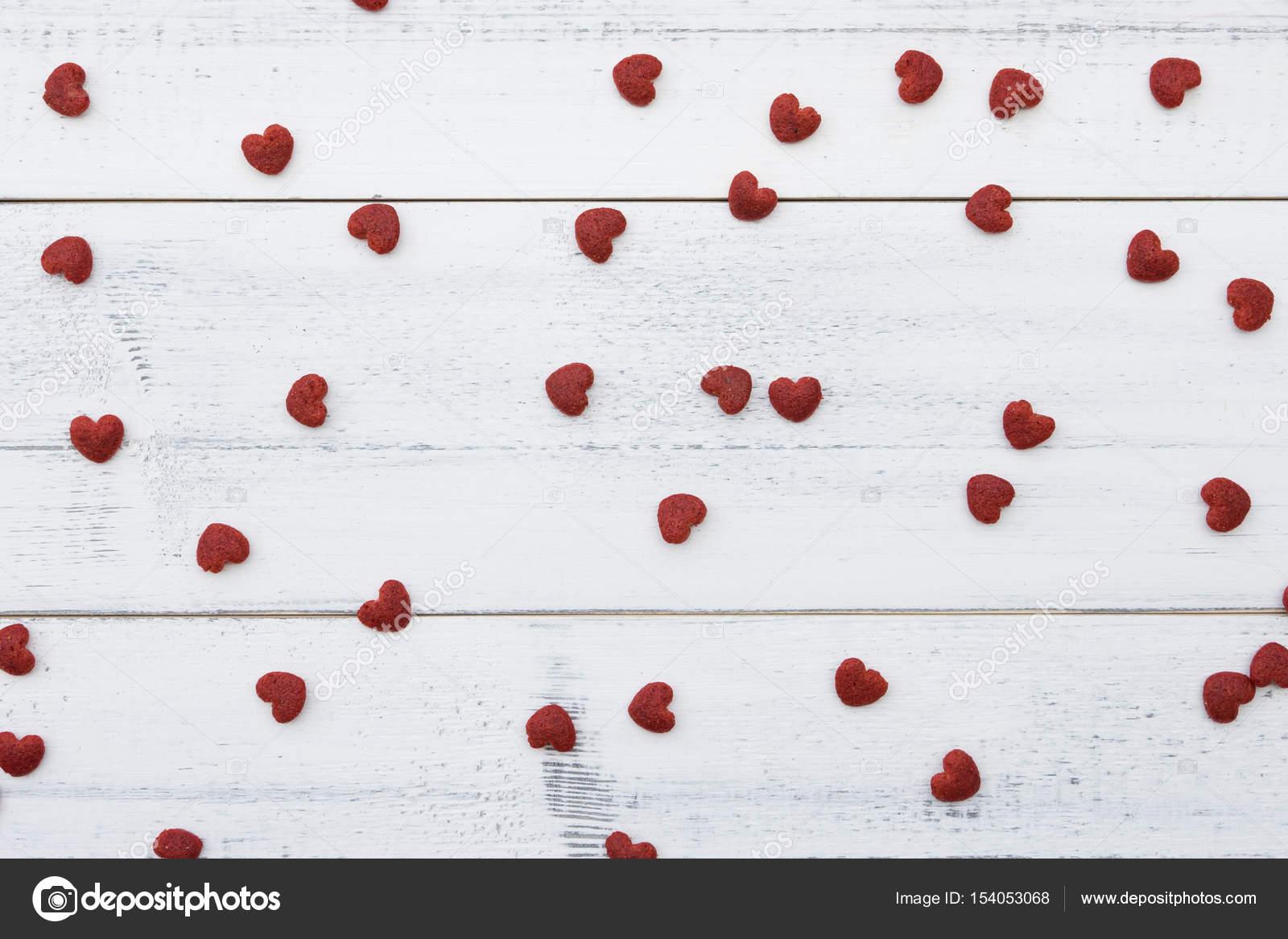 Beyaz Ahşap üzerine Kırmızı Küçük Kalpler Stok Foto Nathiyai