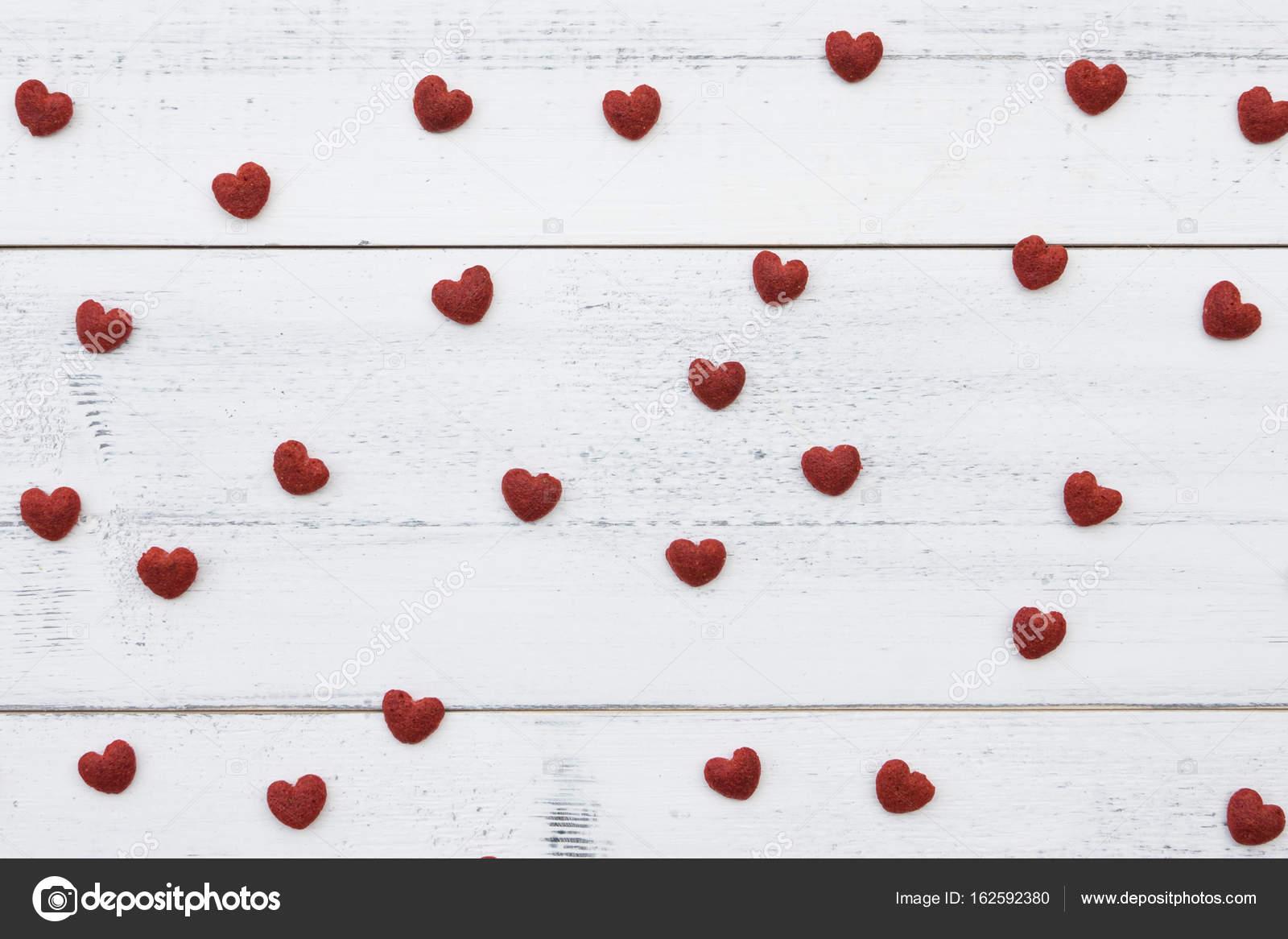 Beyaz Ahşap Zemin üzerinde Kırmızı Küçük Kalpler Stok Foto