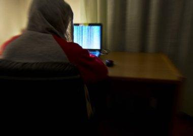 Bir bilgisayar korsanı eşofman üstü ve kapüşonlu bir bilgisayar kullanarak odasında tek başına büyümüş. Siber güvenlik kavramı için