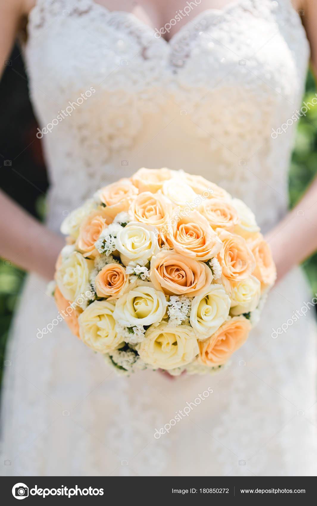 Brautstrauss Aus Rosen Hochzeitsdetails Stockfoto C Aivita 180850272