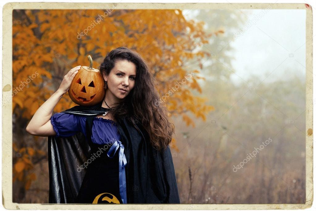 Junge Frau Im Halloween Witch Kostum Im Herbst Wald Mit Gelber