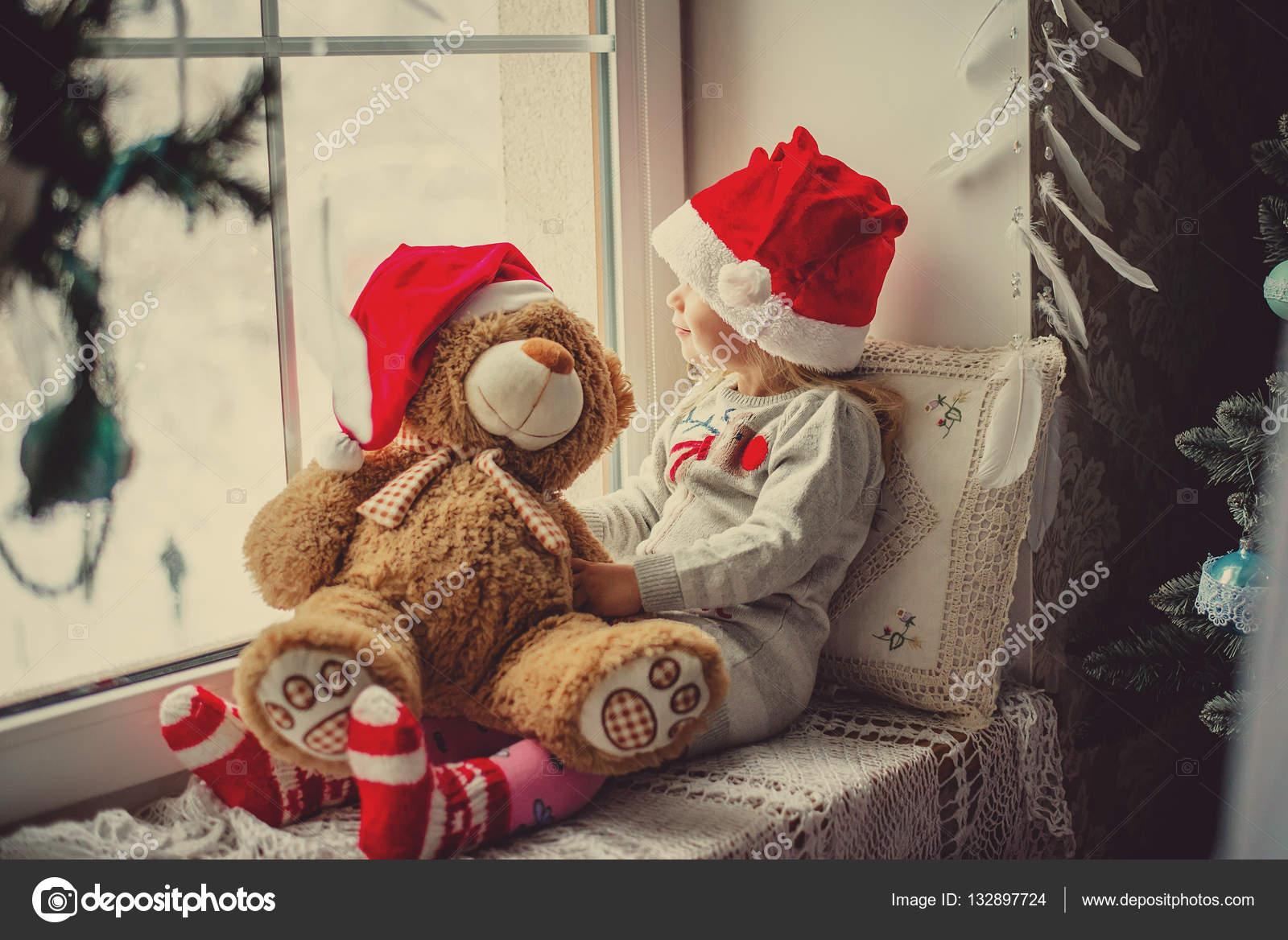 Fille enfant heureux assis dans la fen tre hiver no l for Assis a la fenetre