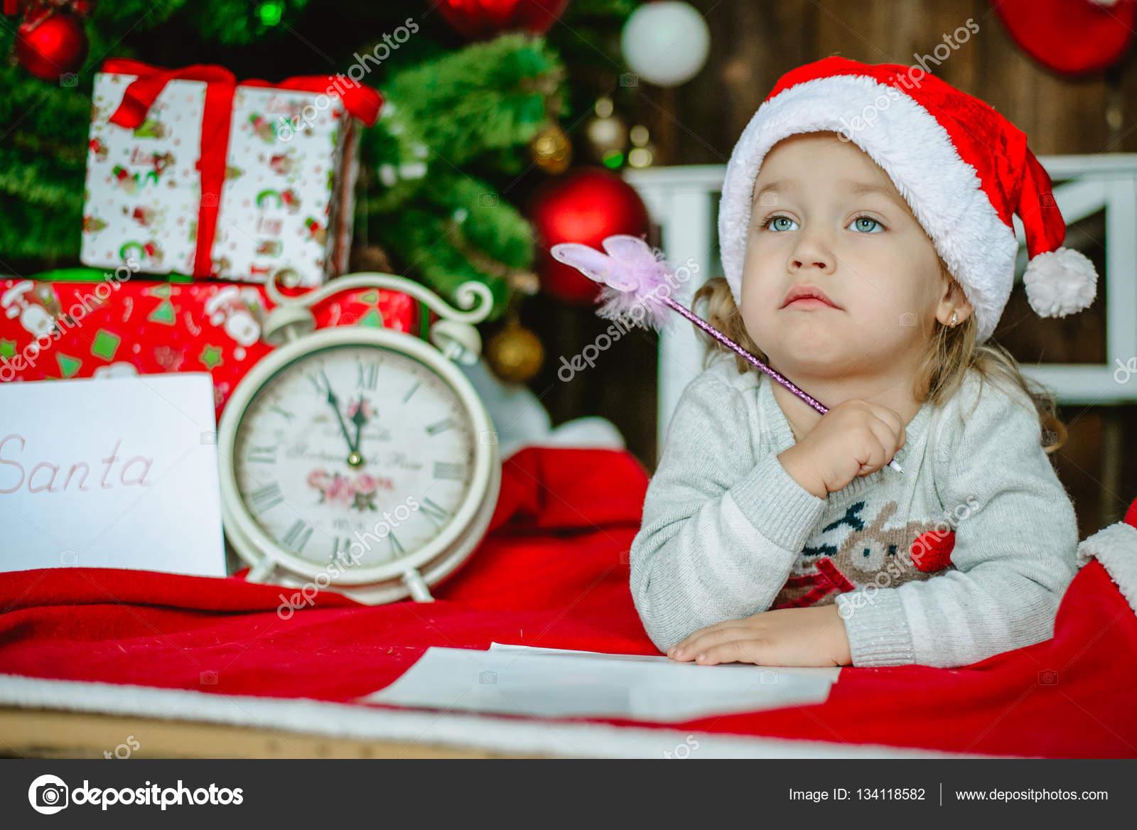 Kleines Mädchen In Nikolausmütze Schreibt Einen Brief An Den