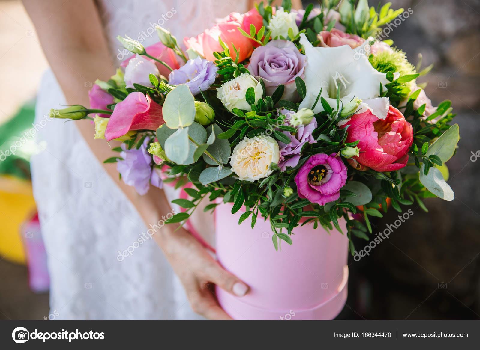 Jeune Fille Tenant Belle Melange Bouquet De Fleurs En Boite Ronde