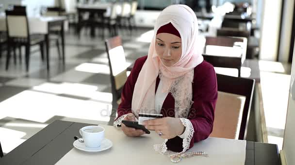 Használ hitel kártya ellenőrzi a nők számla egyensúly mobil banki alkalmazás. Online fizetési bevásárló, szelektív összpontosít