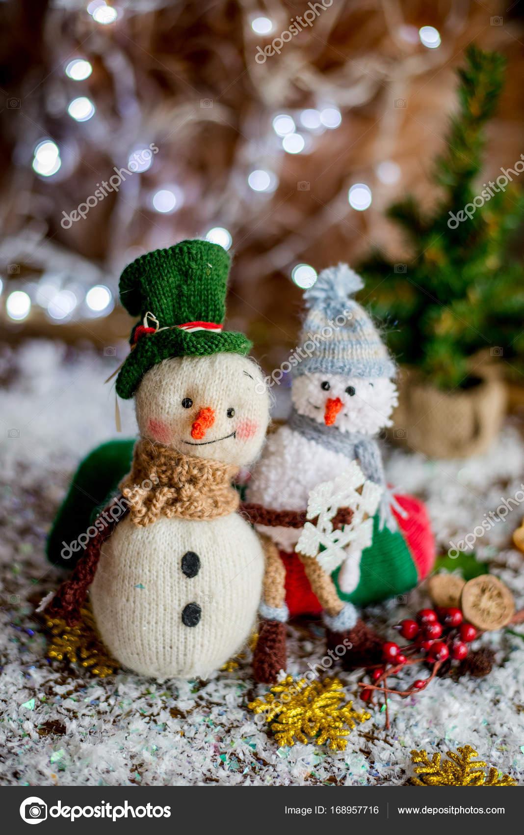 fil à la main bonhomme de neige holding cadeaux dans une chaussette