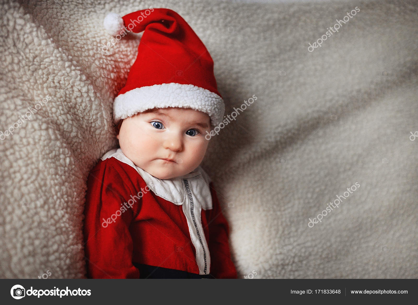1f31f287456 Μωράκι σε κόκκινο σκουφάκι του Αϊ-Βασίλη γιορτάζει τα Χριστούγεννα ...