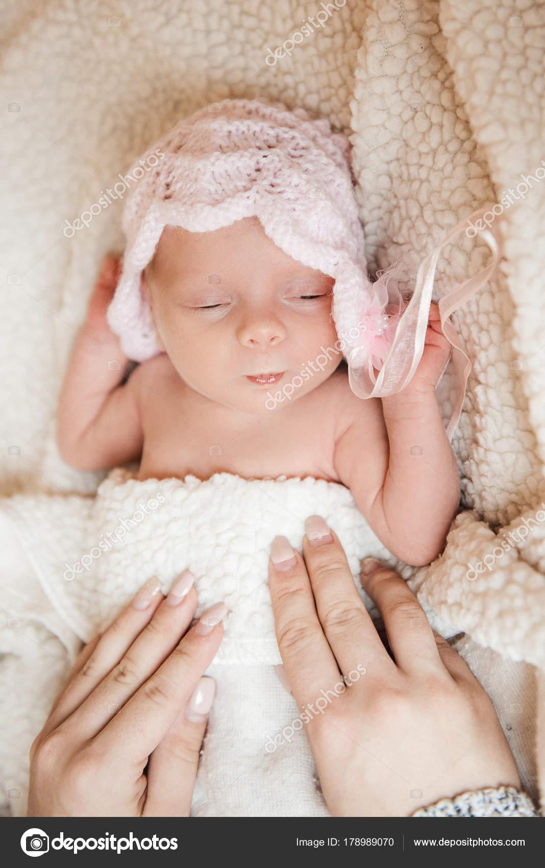 f7c6e5f045121d Hermoso sueño recién nacido en la cuna — Fotos de Stock © Lakschmi ...