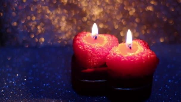 Valentýn s rámy hořících svíček na lesklém pozadí