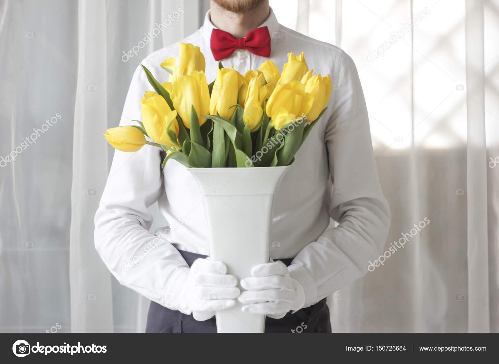 man gratulerar En man gratulerar en kvinna, en bukett blommor — Stockfotografi  man gratulerar