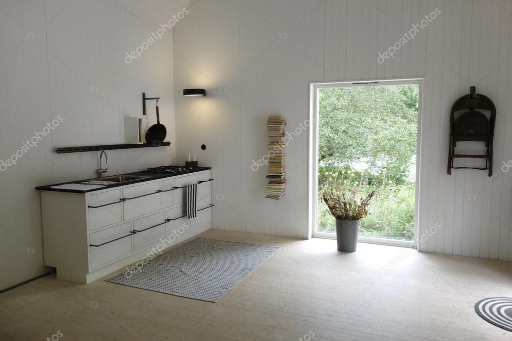 frische minimalistisch wohnkuche mit grossen fenstern die das naturliche licht herein modernen retro stil in skandinavien foto von