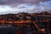 Noční panorama od Luis most s řeky Douro, Portugalsko