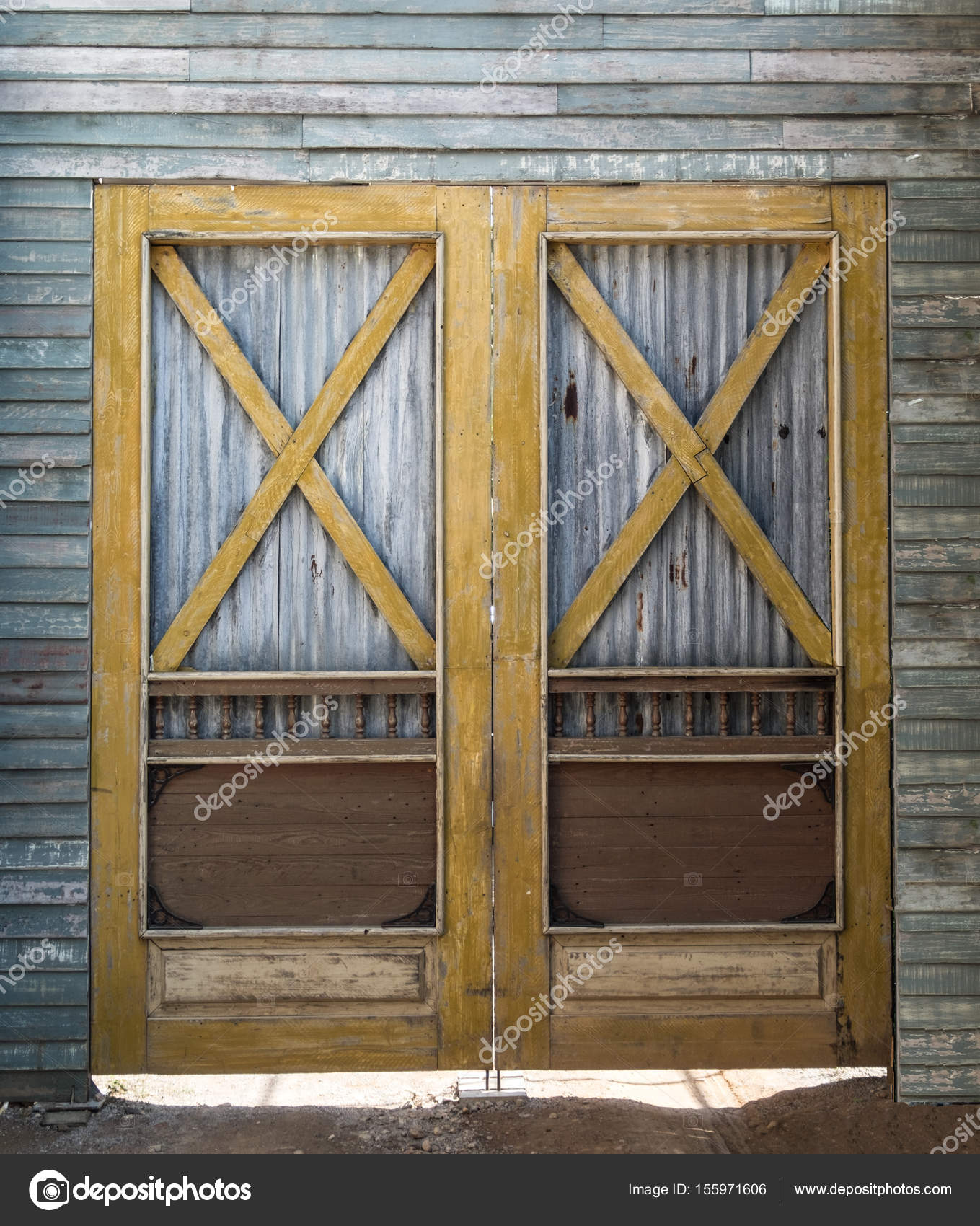Doble puerta de granero — Fotos de Stock © quan_tum #155971606