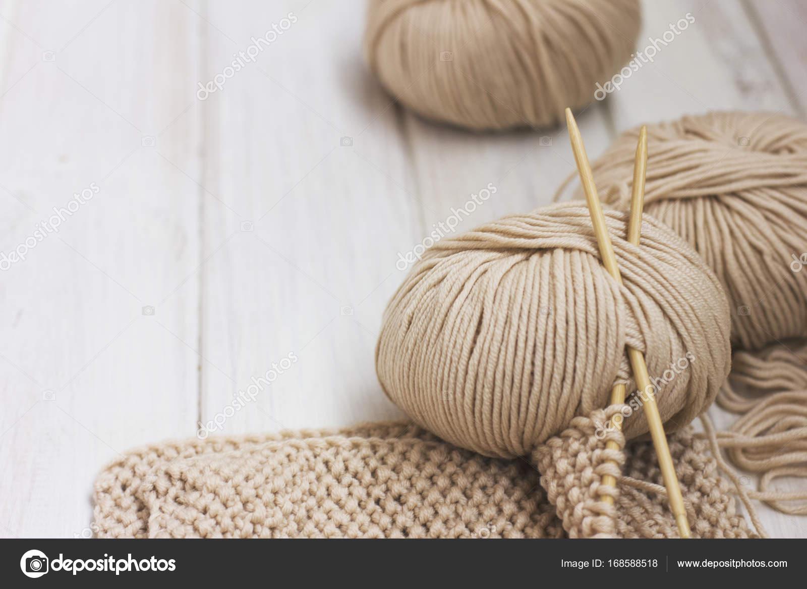 Beige Merino Garn Mit Bambus Stricknadeln Auf Weissem Holz