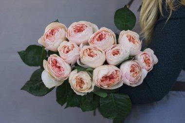 """Картина, постер, плакат, фотообои """"Большой букет из роз Цветущие розовые цветы в женских руках"""", артикул 177545092"""