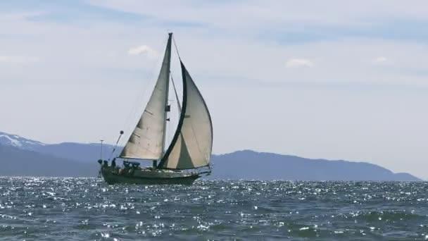 plují lodi do malebné horské vody