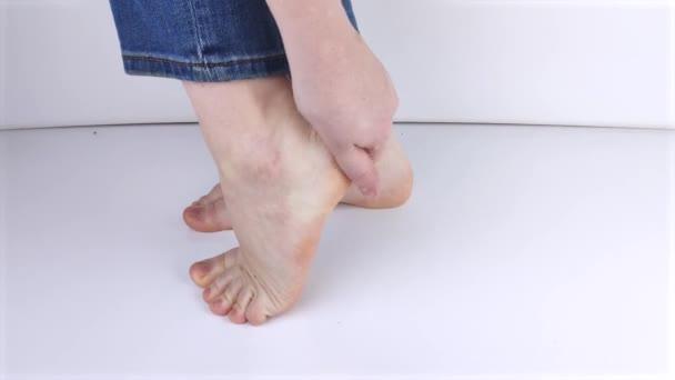 Žena trpící bolestí podpatku. Zánět nebo vymknutí šlachy v noze, pata ostruhy, bursitida. Koncept nemocí a bolesti v noze
