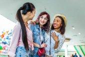 multikulturní dívky v nákupní centrum