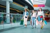 Bevásárlótáskás fiatal nők