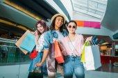 Mladé ženy s nákupními taškami