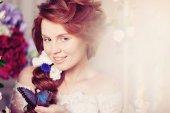 Fotografie krásu nevěsty v luxusním interiéru s květinami