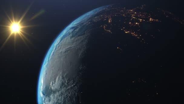 Rotierender Planet Erde mit echter Kippachse und Drehrichtung. Sonnenuntergang über der östlichen Hemisphäre. Auf der Oberfläche des Planeten sind Wolken sichtbar, der Wechsel von Tag und Nacht mit hellem Stadtlicht. Elemente dieses von der NASA bereitgestellten Bildes