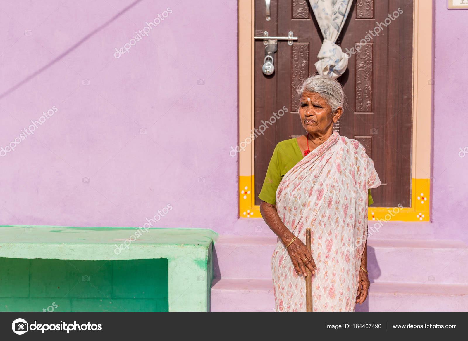 Пожилая женщина на пороге дома уход за лежачими больными дома престарелых санкт-петербург