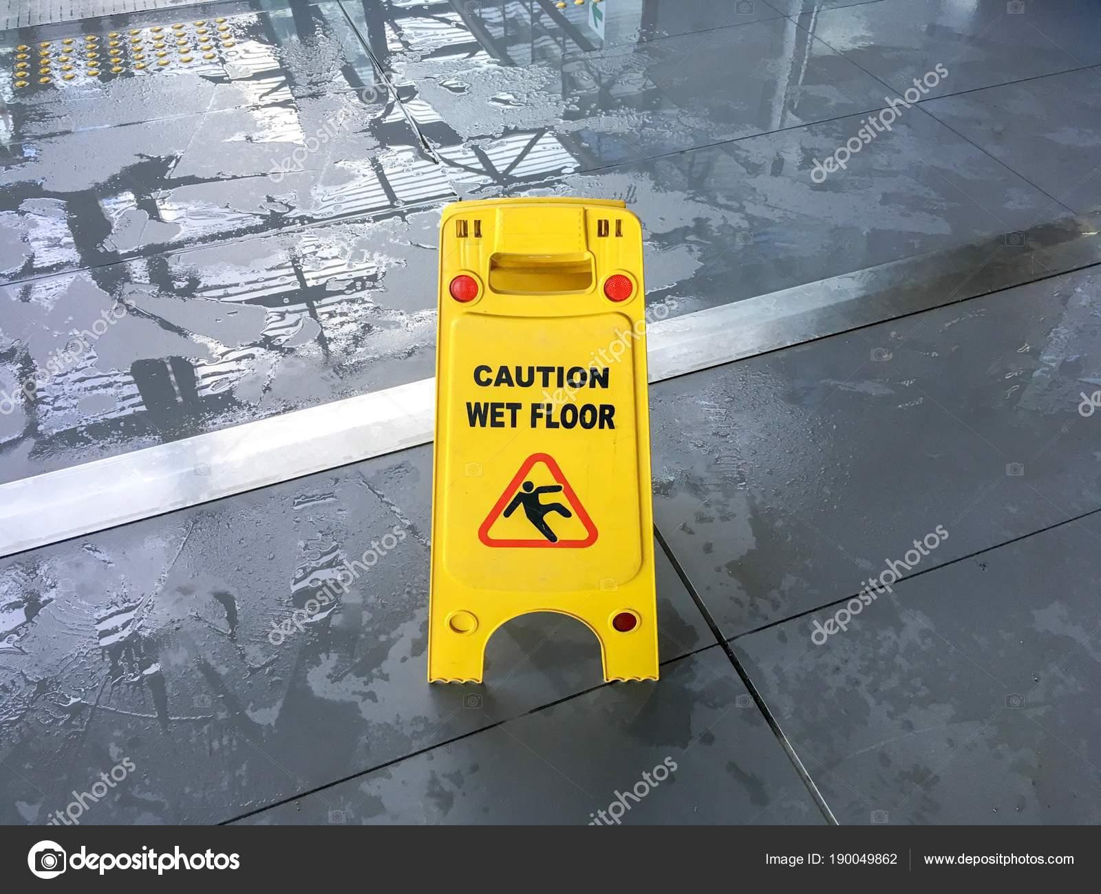 Cartello pavimento bagnato attenzione u2014 foto stock © ozguryaman