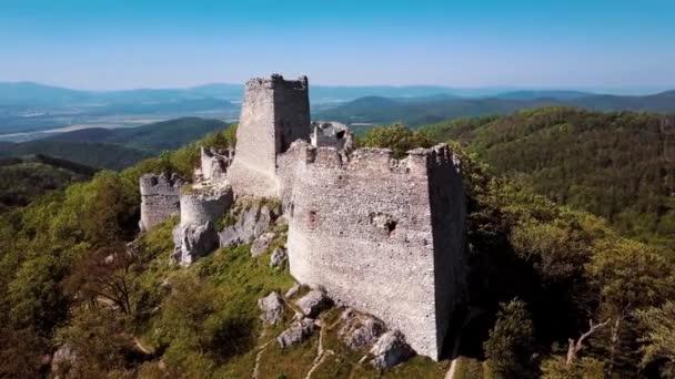 Lítám po opuštěné zříceniny hradu v kopcích.