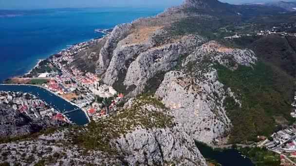 Létání nad městem Omiš, pobřeží Dalmácie, Chorvatsko