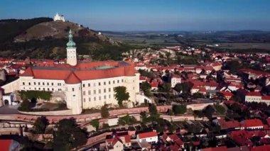 Letecký pohled na zámek Mikulov, Jižní Morava, Česká republika