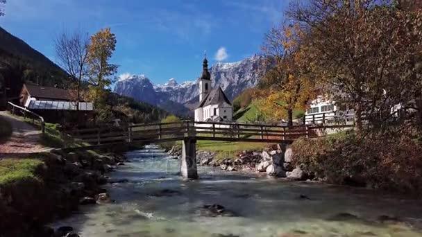 Flug über die Kirche in der Ramsau, Berchtesgaden, Deutschland