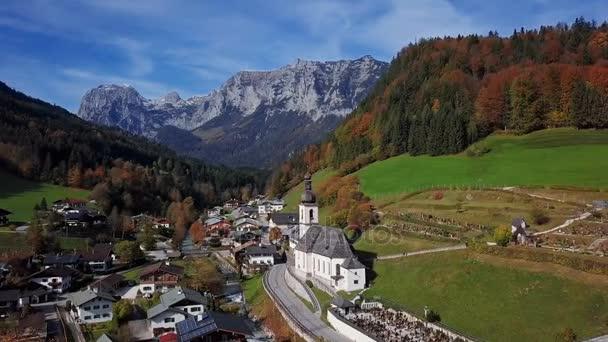 Flug über Kirche in Ramsau, Berchtesgaden, Deutschland.