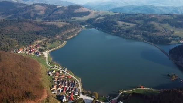 Létání nad jezerem v parku Slovenský ráj, Slovensko.