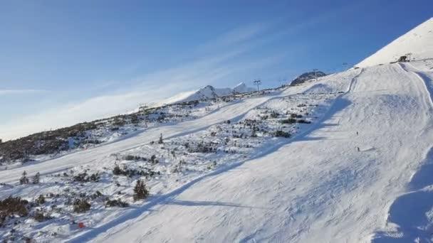 Lyžaři na sjezdovce ve Vysokých Tatrách letecké