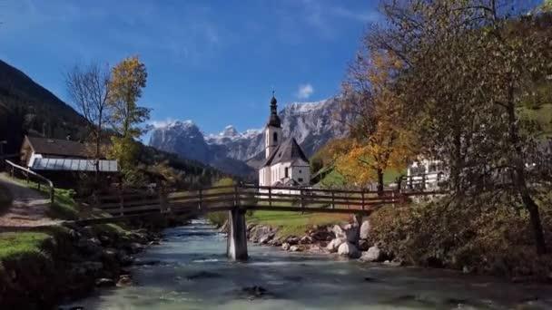Flug in der Nähe der Kirche in Ramsau, Berchtesgaden, Deutschland