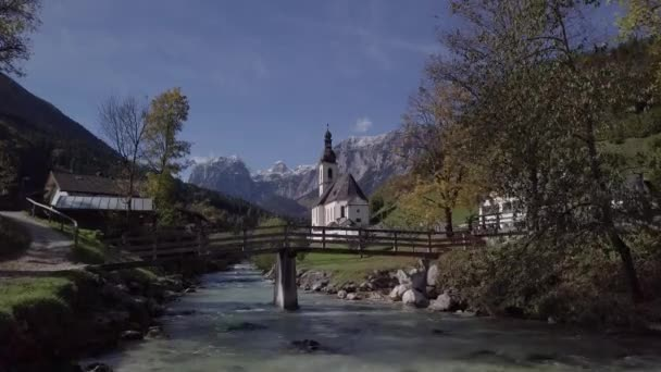 Flug in der Nähe der Kirche in Ramsau, Berchtesgaden, Deutschland. Unberührtes Protokollformat.