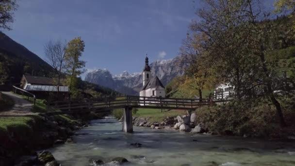 Ansicht der Kirche in Ramsau, Berchtesgaden, Deutschland. Unberührtes Protokollformat.
