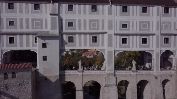 Lidí, kteří jdou na mostě zámku Český Krumlov. Nedotčené formát protokolu