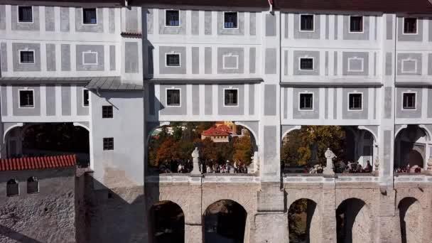 Lidí, kteří jdou na mostě zámku Český Krumlov