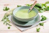 svěží zelená polévka