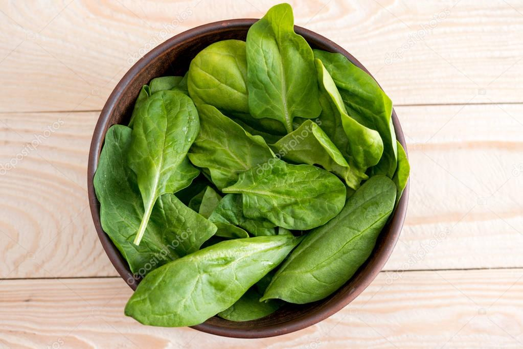 spinach leaves in ceramic bowl