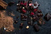 kousky čokolády s ořechy a bobule se skořicí