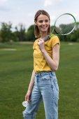 Fotografie žena s badminton raketa a kuželka