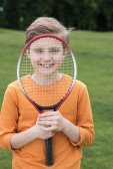 chlapec s badminton raketa
