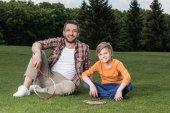 Otec a syn hrát badminton