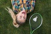 Fotografie vzrušená dívka s Badmintonové vybavení