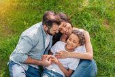 családi pihenés a zöld gyep