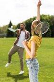Fotografie pár hrát badminton